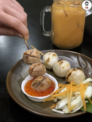 Look shin ping (Grilled pork and fish meatballs - 2 skewers)